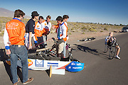 Het Human Power Team Delft en Amsterdam traint voor het eerst met de VeloX4 Battle Mountain. In Battle Mountain (Nevada) wordt ieder jaar de World Human Powered Speed Challenge gehouden. Tijdens deze wedstrijd wordt geprobeerd zo hard mogelijk te fietsen op pure menskracht. Ze halen snelheden tot 133 km/h. De deelnemers bestaan zowel uit teams van universiteiten als uit hobbyisten. Met de gestroomlijnde fietsen willen ze laten zien wat mogelijk is met menskracht. De speciale ligfietsen kunnen gezien worden als de Formule 1 van het fietsen. De kennis die wordt opgedaan wordt ook gebruikt om duurzaam vervoer verder te ontwikkelen.<br /> <br /> The Human Power Team Delft and Amsterdam trains for the first time with the VeloX4 in Battle Mountain. In Battle Mountain (Nevada) each year the World Human Powered Speed ​​Challenge is held. During this race they try to ride on pure manpower as hard as possible. Speeds up to 133 km/h are reached. The participants consist of both teams from universities and from hobbyists. With the sleek bikes they want to show what is possible with human power. The special recumbent bicycles can be seen as the Formula 1 of the bicycle. The knowledge gained is also used to develop sustainable transport.