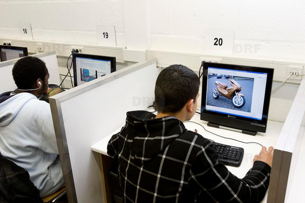 Nederland Rotterdam  4 februari 2009 20090204 Foto: David Rozing..Leerlingen VMB Noordrand college tijdens computer les uur.leerling bekijkt scooter model op beeldscherm.materialisme, jongerencultuur, materialistisch, hebbedingetje, wensen, hip, cool ....Foto: David Rozing