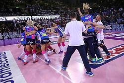 11-05-2017 ITA: Finale Liu Jo Modena - Igor Gorgonzola Novara, Modena<br /> Novara heeft de titel in de Italiaanse Serie A1 Femminile gepakt. Novara was oppermachtig in de vierde finalewedstrijd. Door een 3-0 zege is het Italiaanse kampioenschap binnen. / Celeste Plak #4 blokt de laatste bal en vreugde bij Novara<br /> <br /> ***NETHERLANDS ONLY***