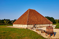France, Cher (18), Berry, Vailly sur Saudre, grange pyramidale typique du Pays Fort, route Jacques Coeur // France, Cher (18), Berry, Vailly sur Saudre, typical pyramidal barn of the Pays Fort, the Jacques Coeur road