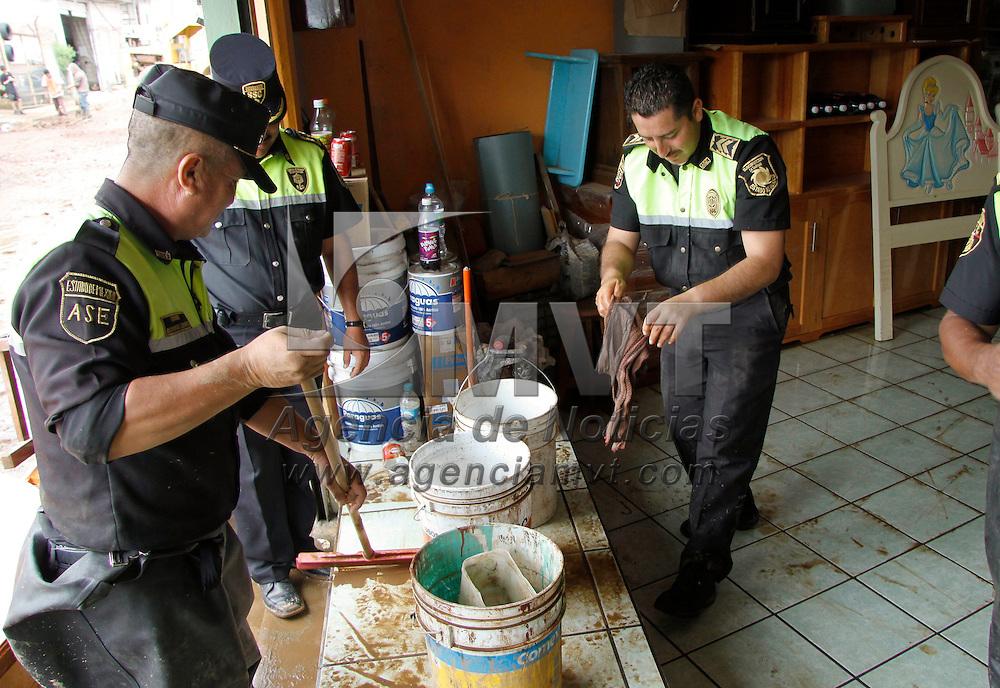 Tenancingo, México.- Familias de 4 colonias de Tenancingo perdieron la mayor parte de sus pertenencias al registrarse el desbordamiento del río El Salado, elementos de protección civil municipal y de la SSC ayudaron a la limpieza del lugar. Agencia MVT / Crisanta Espinosa