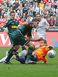 24.04.2010, Borussia Park, Mönchengladbach (Moenchengladbach), GER, 1.FBL, Borussia Mönchengladbach vs Bayern München (Muenchen), im Bild Chance f¸r R·ul  / Raul Bobadilla (M^chengladbach - ARG #10), am Boden: Torwart Hans-J^rg / Joerg Butt (Bayern M¸nchen / Muenchen GER #22), EXPA Pictures © 2010, PhotoCredit: EXPA/ nph/  Scholz / SPORTIDA PHOTO AGENCY