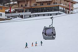 THEMENBILD - Skifahrer auf der Piste neben einer Gondel der Maiskogelbahn, aufgenommen am 06. Februar 2021 in Kaprun, Österreich // Skier on the slope next to a gondola of the Maiskogel cable car, Kaprun, Austria on 2021/02/06. EXPA Pictures © 2021, PhotoCredit: EXPA/ JFK