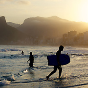 A late afternoon beach scene at Arpoador Beach with Ipanema and Leblon and the twin peaks of Dois imaos in the distance. in the distance. Rio de Janeiro, Brazil. 8th August 2010. Photo Tim Clayton..