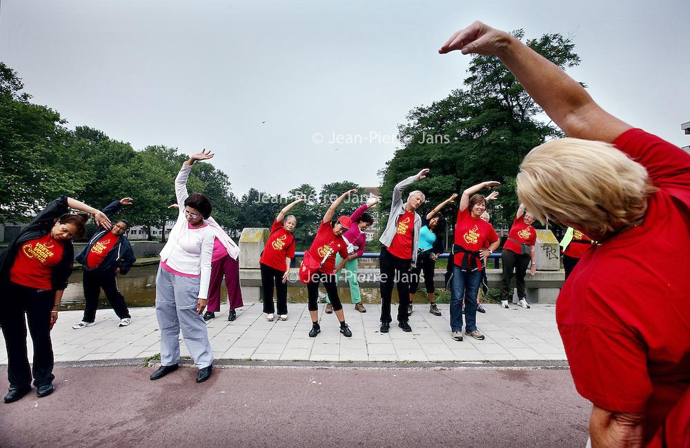 """Nederland, Amsterdam  ,8 september 2012..De wandelaars van wandelaarsgroep """"voetje voor voetje"""" uit amsterdam Zuid Oost tijdens de warming up voor de training van de Dam tot Damloop..Foto:Jean-Pierre Jans"""