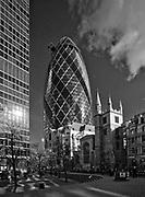 """Londyn, 2009-10-23. """"Ogórek"""" - wieżowiec przy 30 St Mary Axe, na pierwszym planie kościół St Andrew Undershaft"""