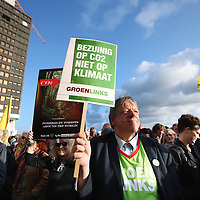 Nederland, Amsterdam, 21 september 2014.<br /> Duizenden Nederlanders betogen voor bescherming klimaat<br /> Vele tientallen duizenden mensen hebben wereldwijd meegedaan aan People's Climate March, een mars voor het klimaat. Ook in Nederland waren duizenden op de been.<br /> Bij het filminstuut EYE in Amsterdam kwamen deelnemers zondagavond lopend, varend of na een busrit uit het land bijeen voor toespraken en optredens.<br /> Urgenda, die deorganisatie van de Nederlandse mars in handen heeft, spreekt van vijfduizend tot tienduizend deelnemers in de hoofdstad, en houdt het aantal deelnemers wereldwijd opmeer dan een miljoen.<br /> De People's Climate March gingvooraf aan een klimaattop van de Verenigde Naties. Daar wordt vanaf dinsdag de reductie van de uitstoot van kooldioxide en andere broeikasgassen besproken.Tal van regeringsleiders zijn dan aanwezig, waaronder premier Mark Rutte.<br /> Secretaris-generaal Ban Ki-moon van de VN nam het initiatief totde top. Ban liep zondag ook mee in de klimaatmars in New York.<br /> Foto:Jean-Pierre Jans