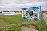 Nederland, Ochten, 8-2-2019 Aan de dijk bij Ochten staat een herdenkingsbord, informatiebord, over de bijna dijkdoorbraak die hij dreigde tijdens het extreem hoogwater in januari en februari 1995 . Foto: Flip Franssen