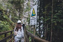 """THEMENBILD - ein Hinweisschild mit """"Achtung Wasserschwall"""" neben dem Klammweg. Die Kitzlochklamm in Taxenbach ist eine der schönsten und eindrucksvollsten Klammen im Salzburger Land. Das einzigartige Naturschauspiel mit hoch aufragenden zerklüfteten Felswänden ist ein beliebtes Ausflugsziel im Pinzgau, aufgenommen am 26. Juli 2020 in Taxenbach, Oesterreich // a sign with """"Achtung Wasserschwall"""" next to the gorge path. The Kitzlochklamm in Taxenbach is one of the most beautiful and impressive gorges in the Salzburger Land. This unique natural spectacle with its towering rugged rock faces is a popular destination for excursions in the Pinzgau, in Taxenbach, Austria on 2020/07/26. EXPA Pictures © 2020, PhotoCredit: EXPA/Stefanie Oberhauser"""