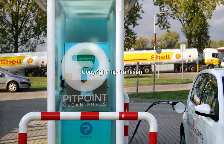 Nederland, the Netherlands, Arnhem, 22-10-2019Bij een tankstation van Shell staat een pomp voor vloeibaar aardgas, CNG. Foto: Flip Franssen