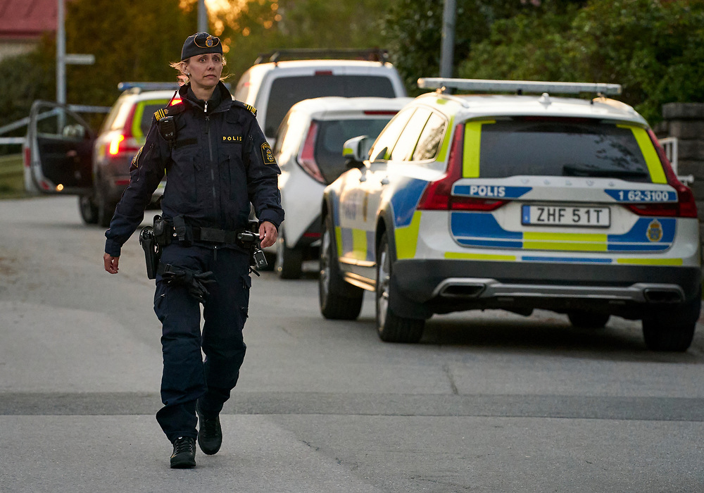 RONNEBY 2021-05-15<br /> Polis och ambulans larmades till centrala Ronneby under lördagen med anledning av ett grovt brott. En man har hittats död och polisen misstänker mord. Polisen har anhållit två personer, en kvinna och en man, misstänkta för mord.<br /> <br /> Foto: Peo Möller/LocalEyes<br /> <br /> grovt brott, mord, avspärrning, polis, ambulans, teknisk undersökningt, Ronneby,