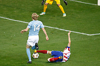 Atletico de Madrid´s Siqueira (R) and Malmo´s Kroon during Champions League soccer match between Atletico de Madrid and Malmo at Vicente Calderon stadium in Madrid, Spain. October 22, 2014. (ALTERPHOTOS/Victor Blanco)