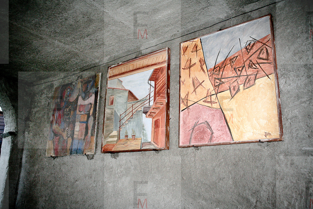 """Arcumeggia il paese dipinto in provincia di Varese. In Primo piano """"Composizione astratta"""" di Sabine Cotte, in mezzo """"Cortile di Arcumeggia"""" di Renzo Benedetti"""