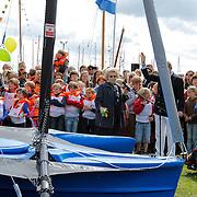 NLD/Loosdrecht/20120623 - Koningin Beatrix bezoekt vlootschouw nij het 100 jarig bestaan van watersportvereniging WNL  , Koningin Beatrix doopt nieuwe zeilboot