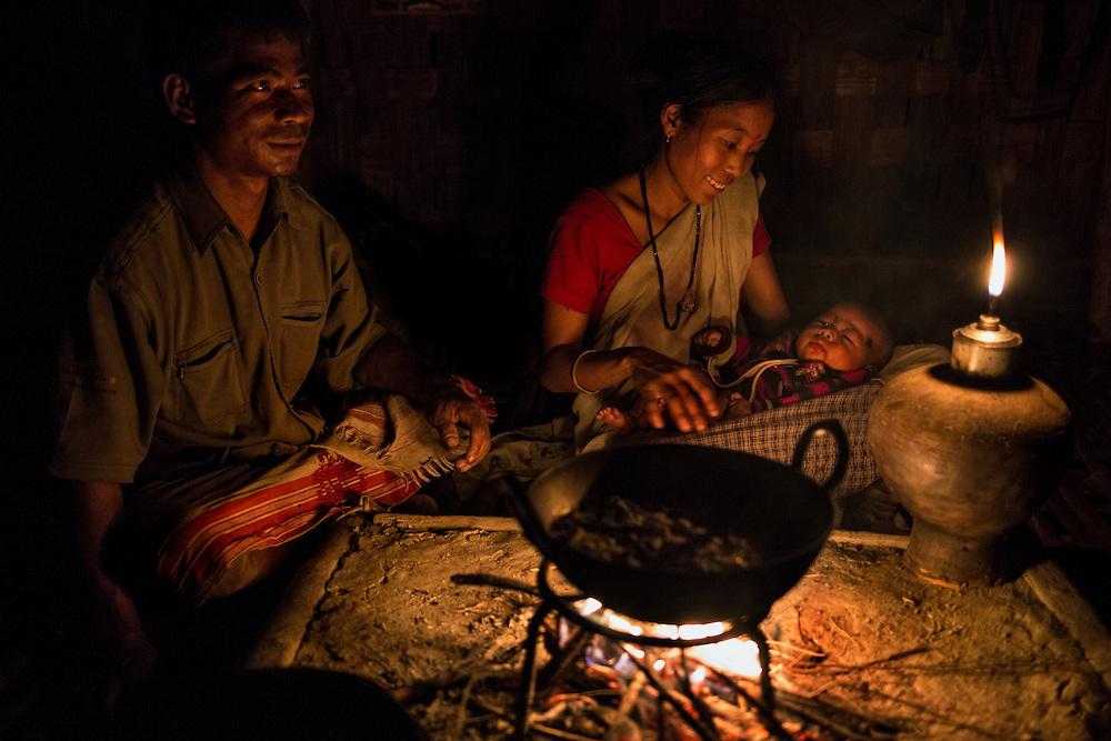 Souvent dépourvus d'électricité les habitats traditionnels en bambou sont organisés autour d'un feu central qui sert à la fois pour la cuisine et le chauffage.
