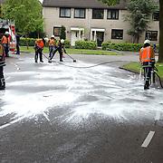 NLD/Huizen/20050516 - Ongeval Delta - Bereklauw Huizen, brandweer Huizen reinigt wegdek