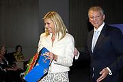 ZEIST - Gerard van Olphen, vice-bestuursvoorzitter van Eureco Achmea reikt woensdag een koffertje met een actieplan uit aan prinses Maxima, tijdens een congres over microverzekeren in Zeist. Zij bezocht het congres in haar functie van lid van de Raad voor de Microfinanciering in Nederland. Verzekeraar Eureko Achmea organiseerde de conferentie. ANP PHOTO ROYAL IMAGES  HENDRIK JAN VAN BEEK