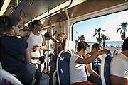 Griekenland, Athene, 5-7-2008Jongeren, toeristen, in de bus bij de stranden van Glifada bij Athene.Foto: Flip Franssen