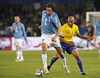 Fotball<br /> Brasil v Italia<br /> Foto: DPPI/Digitalsport<br /> NORWAY ONLY<br /> <br /> FOOTBALL - CONFEDERATIONS NATIONS CUP 2009 - GROUP B - 1ST ROUND - ITALY v BRAZIL - 21/06/2009<br /> <br /> LUCA TONI (ITA) / GILBERTO SILVA (BRA)