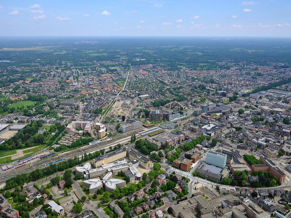 Nederland, Overijssel, Gemeente Enschede; 21–06-2020; Station Enschede, treinstation NS en directe omgeving. Het station is een dubbel kopstation, onder andere de Euregio-Bahn (naar Duitsland). OP het staion intercities van de NS en trein van Blauwnet, Keolis Nederland. Foto richting Oosten, o.a. Roombeek.<br /> Enschede station, NS train station and immediate surroundings. The station is a double terminus, including the Euregio-Bahn (to Germany).<br /> <br /> luchtfoto (toeslag op standaard tarieven);<br /> aerial photo (additional fee required)<br /> copyright © 2020 foto/photo Siebe Swart