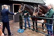 Koningspaar brengt streekbezoek aan regio Eemland in de provincie Utrecht. Tijdens het bezoek staat het stroomgebied van de rivier de Eem centraal.<br /> <br /> The Royal couple brings regional visits to the region of Eemland in the province of Utrecht. During the visit, the river Eem is central<br /> <br /> Op de foto/On the photo:  Aankomst bij boerderij Het Gagelgat in Soest met een wandeling langs de paddock met paarden en de moestuin. In De Deel tonen mensen met een beperking van zorginstellingen Amerpoort en Sherpa diverse vormen van kunstvaardigheid. <br /> <br /> Arrival at farm The Gagelgat in Soest with a walk along the paddock with horses and the vegetable garden. In the section, people with a limitation of care institutions Amerpoort and Sherpa show various forms of art skills.