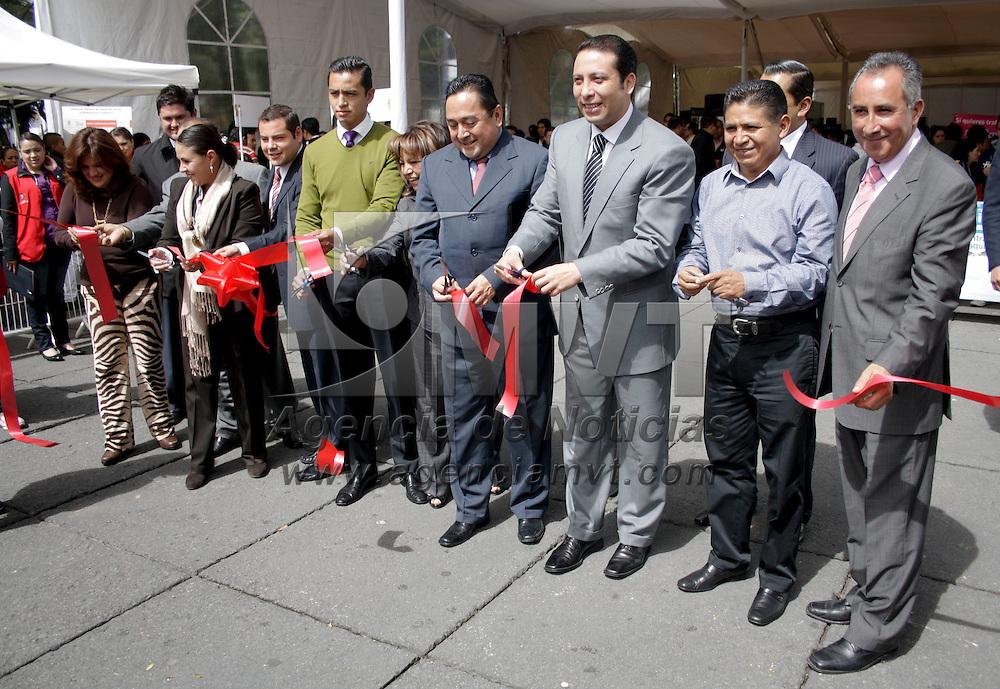 Toluca, México.- Guillermo Legorreta Martínez, alcalde de Toluca inauguró la Segunda Feria del Empleo 2012 para Jóvenes  en donde 100 empresas ofertaron sus vacantes a los jóvenes en busca de un trabajo. Agencia MVT / Arturo Hernández S.