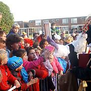 NLD/Huizen/20061118 - Intocht Sinterklaas 2006 Huizen, sinterklaas krijgt kado's van kinderen in het publiek