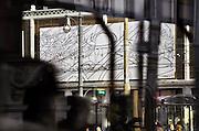 Nederland,Arnhem, 17-10-2006..In Arnhem hangen door de stad afbeeldingen van Hans Kresse, tekenaar van Eric de Noorman, en tekeningen gemaakt door hedendaagse tekenaars, als ode aan de in Arnhem geboren Kresse, die 60 jaar geleden de eerste Eric tekende...Op de foto een tekening van Hanco Kolk, die voor de New Yorker gevraagd is te tekenen...Foto: Flip Franssen/Hollandse Hoogte