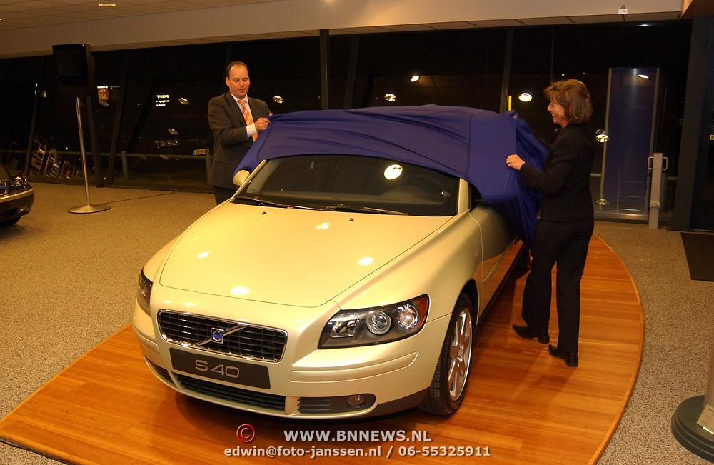 Onthulling nieuwe Volvo S40 bij Volvo Buitenweg Naarden door directeur van den Burg