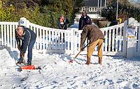 BLOEMENDAAL  - Winter 2021.  Enkele vrijwillers proberen met man en macht het hoofdveld van hockeyclub Bloemendaal sneeuwvrij te maken. Een onbegonnen opgaaf.   COPYRIGHT  KOEN SUYK