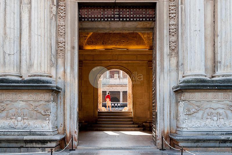 Detalle puerta principal del Palacio de CarlosV en La Alhambra de Granada. Andalucia. España. Europa ©Country Sessions / PILAR REVILLA