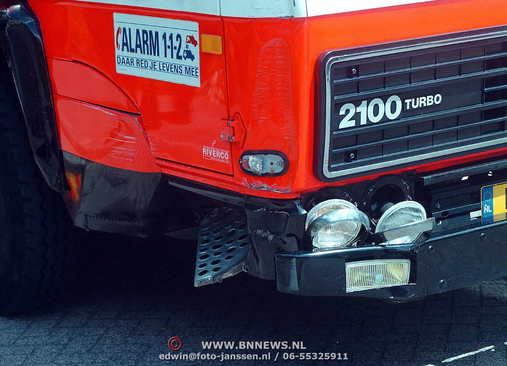Vrouw uit huis gehaald Kamperzand Huizen ivm liggend vervoer door ladderwagen brandweer Bussum, schade auto bij uitruk