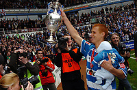Photo: Kevin Poolman.<br /> Reading v Queens Park Rangers. Coca Cola Championship. 30/04/2006. Steve Sidwell holds the Trophy up