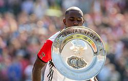 14-05-2017 NED: Kampioenswedstrijd Feyenoord - Heracles Almelo, Rotterdam<br /> In een uitverkochte Kuip speelt Feyenoord om het landskampioenschap / Spelers van Feyenoord met de kampioensschaal. Feyenoord heeft in de eigen Kuip het kampioenschap binnengehaald. Eljero Elia #11