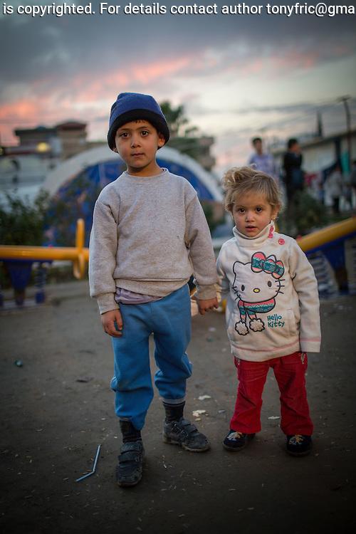 6-ročný Salam so svojou 3-ročnou sestrou Samou pochádzajú z mesta Qaraqosh na Ninivejskej planine. Kresťania v tejto oblasti žili nepretržite 2000 rokov. Táto kontinuita bola pretrhnutá a je veľmi pravdepodobné, že tieto vôbec najstaršie kresťanské komunity v najbližšom období zaniknú. <br /> 6 year old Salam and his 3 year old sister Sama come from the town of Qaraqosh alocated in Niniwa province. CHristian communities have been part of this region for 2000 years. At the moment they are at the verge of extinction.