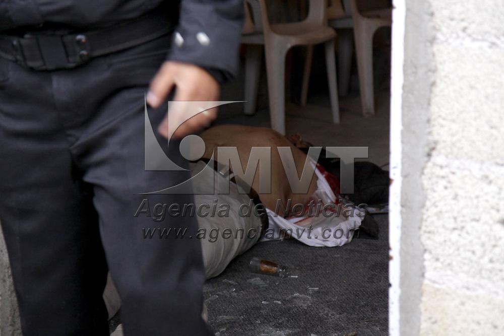 METEPEC, México.- Dos hombres de entre 35 y 40 años de edad fueron ejecutados en su domicilio ubicado en la colonia La Magdalena Ocotitlán, se presume que sus agresores son al menos 3 e  iban a bordo de una camioneta negra. Agencia MVT / Crisanta Espinosa. (DIGITAL)
