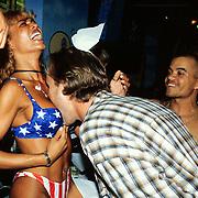 Gijs Staverman tussen de borsten van Wendy Bayside Beach Club
