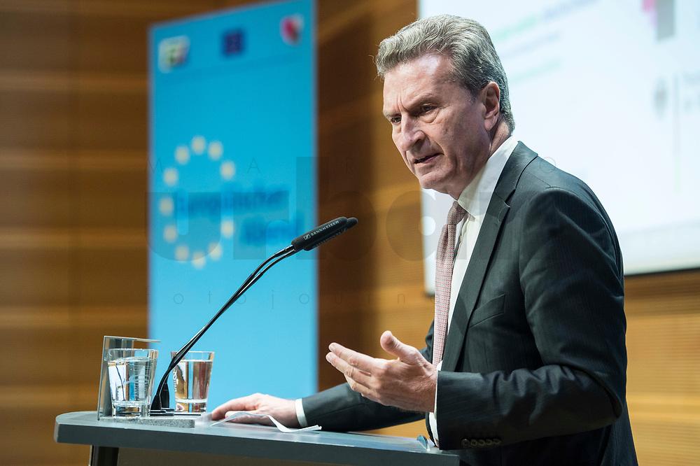 """04 DEZ 2017, BERLIN/GERMANY:<br /> Guenther Oettinger, CDU, EU-Kommissar fuer Haushalt und Personal, haelt eine Rede, Europäischer Abend """"Europäische Solidarität: Was darf's kosten?"""", dbb beamtenbund und tarifunion, dbb Atrium<br /> IMAGE: 20171204-01-063<br /> KEYWORDS: Europaeischer Abend, Günther Öttinger"""