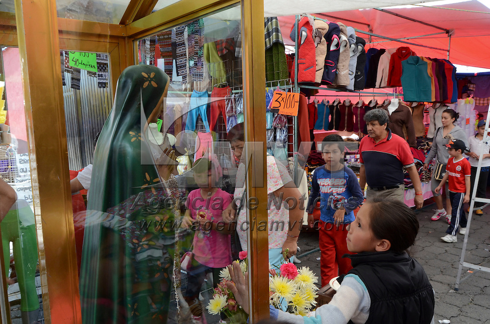 Metepec, México.- Cientos de habitantes de metepec siguen de manera tradicional acudiendo a comprar en al tianguis, donde se surten de despensa y consumen antojitos mexicanos principalmente. Agencia MVT / Arturo Hernández.