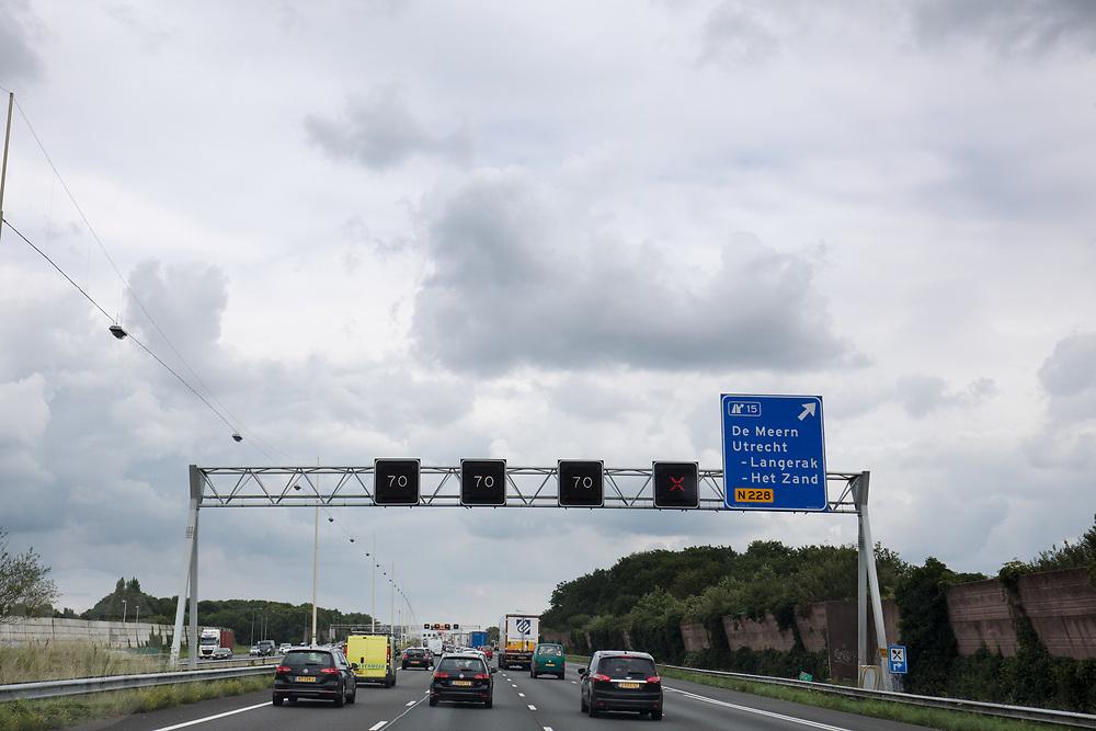Bij Utrecht rijdt verkeer over de A12 onder de matrixborden door. De rechterrijstrook is afgesloten met een rood kruis.