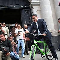Toluca, Mex.- El Diputado German Rufino Contreras Velásquez en forma de protesta por las bicicletas que esta otorgando el gobierno del Estado a lo largo de la entidad dio un pequeño paseo en una bicicleta en la Plaza de los Mártires arribando a palacio de gobierno y de ahí partió a la Cámara de Diputados en donde estaciono el vehículo  en el Salón de Plenos. Agencia MVT / Crisanta Espinosa. (DIGITAL)<br /> <br /> <br /> <br /> NO ARCHIVAR - NO ARCHIVE