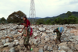 April 2, 2017 - Mocoa, Colombia -  Members of the Colombian Army help a girl affected by a landslide in Mocoa. The death toll from a massive landslide that devastated entire neighborhoods in Colombia's southwest city of Mocoa, Putumayo. (Credit Image: © Colprensa/Xinhua via ZUMA Wire)