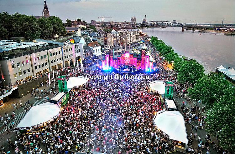 Nederland, Nijmegen, 19-7-7-2017Optreden zangeres Maan op Matrixx Live aan de kade, WaalkadeFoto: Flip Franssen