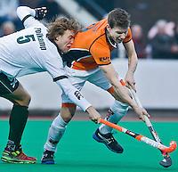 ROTTERDAM - HOCKEY -  Duel tussen Jelle Galema (r) van OZ en Oliver Polkamp (l) van R'dam ,  tijdens de hoofdklasse hockeywedstrijd tussen de mannen van Rotterdam en Oranje-Zwart (0-2). COPYRIGHT KOEN SUYK