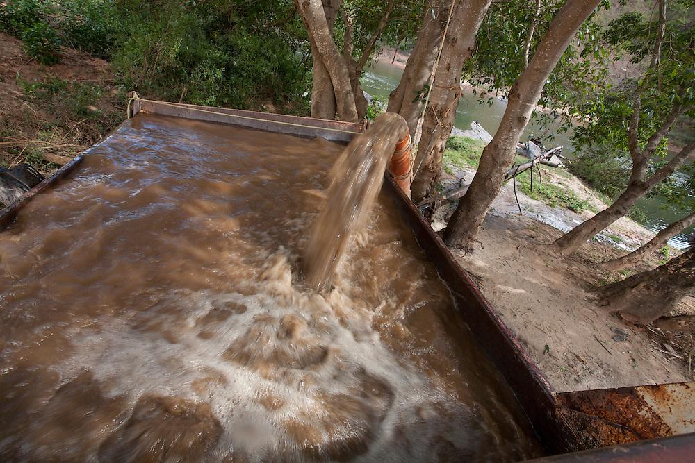 Minas Novas_MG, Brasil.<br /> <br /> Poco de extracao de areia do Rio Aracuai, Minas Gerais.<br /> <br /> Sand extraction Aracuai Rio, Minas Gerais.<br /> <br /> Foto: LEO DRUMOND / NITRO
