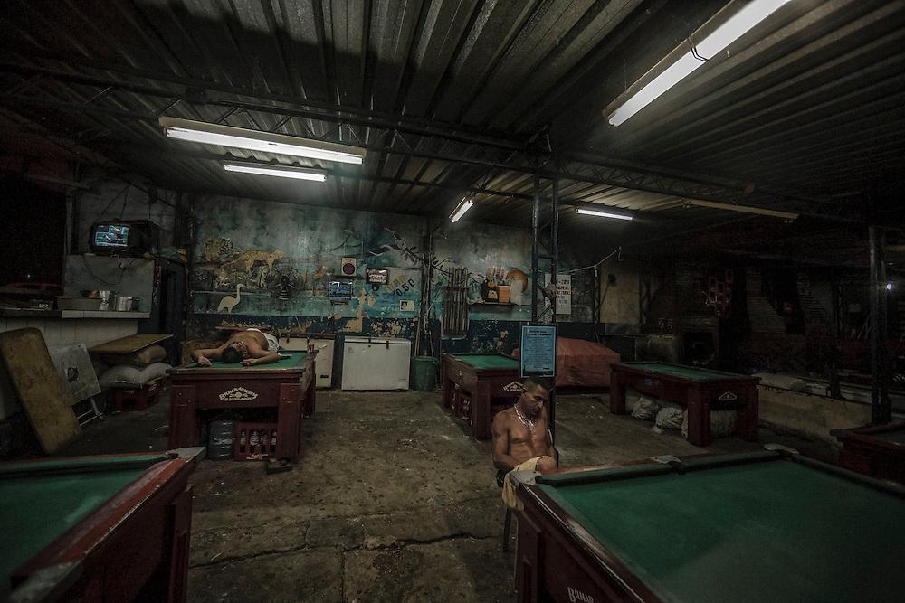 Brazil, Amazonas, rio Negro, Manaus. Quartier du port. Des dockers sans abris passent la nuit dans une salle billard.