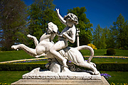 Łańcut, 2009-04-25. Rzeźba w ogrodzie parku krajobrazowego przy Zamku Lubomirskich i Potockich w Łańcucie