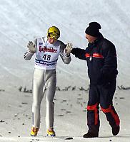 Val di Fiemme/Predazzo.2003-02-22/ Hopp stor bakke K120, Janne Ahonen faller och skadar sin hand i 1 hoppet<br />Foto, Calle Toernstroem