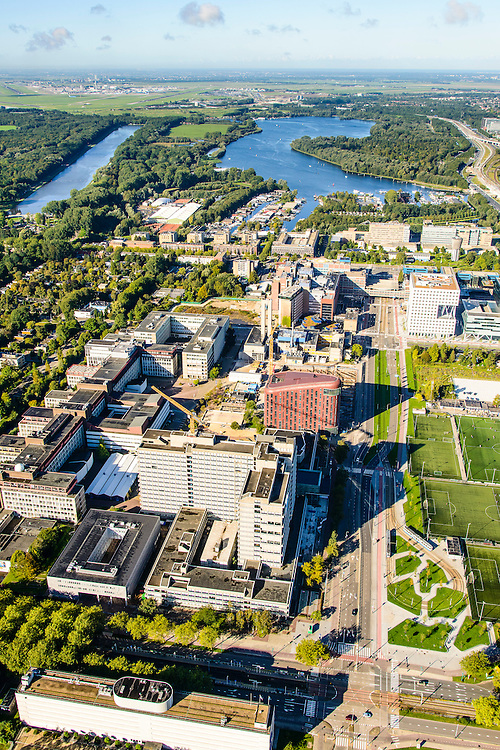 Nederland, Noord-Holland, Amsterdam, 27-09-2015; Zuid-as, overzicht campus van de Vrije Universiteit (VU) aan de Boelenlaan. Hoofdgebouw van de VU met links de subfaculteiten natuurwetenschappen en het Opleidingsinstituut Zorg en Welzijn (OZW). In de achtergrond Academisch Ziekenhuis Vrije Universiteit VUmc, VUmc Cancer Center, ACTA (tandheelkunde). Nieuwe Meer en Schiphol aan de horizon.<br /> Zuid-as, 'South axis', financial center in the South of Amsterdam, with University Vrije Universiteit). <br /> University Hospital VUmc (Vrije Universiteit) and VU MC Cancer Center. Amsterdam equivalent of 'the City', financial district. <br /> luchtfoto (toeslag op standard tarieven);<br /> aerial photo (additional fee required);<br /> copyright foto/photo Siebe Swart