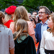 NLD/Groningen/20180427 - Koningsdag Groningen 2018, Nobelprijswinnaar Ben Feringa in gesprek met Amalia, Ariane, en Alexia